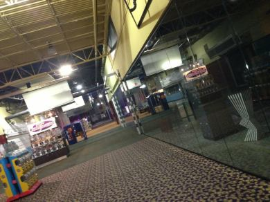 A mall hallway with kiosks down the center aisle.